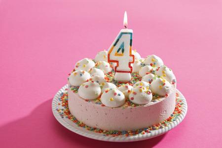 torta compleanno: Torta di compleanno con candela accesa