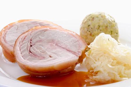 spanferkel: Gebratene Rollbraten, Spanferkel, Semmelkn�del und Sauerkraut
