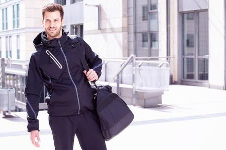 ropa deportiva: Hombre joven que desgasta el desgaste y la bolsa de deporte, Magdeburg, Alemania