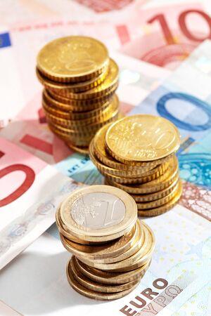 billets euros: pi�ces de monnaie et des billets en euros close up