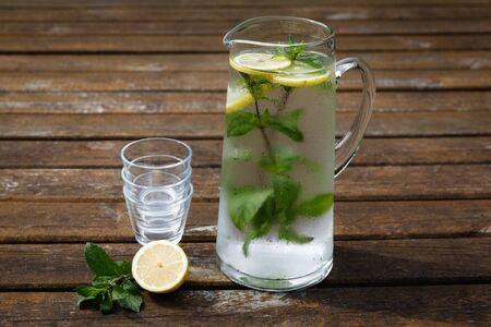 vasos de agua: Jarra con agua, menta y lim�n