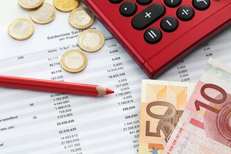 billets euros: Euro notes et document comptable close up Banque d'images