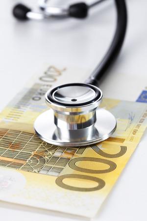 billets euro: Euro notes et st�thoscope, close up