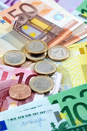 billets euros: Diverses notes et pi�ces en euros comme toile de fond