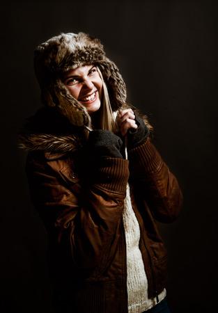 ropa de invierno: Mujer joven con sombrero de piel, ropa de invierno