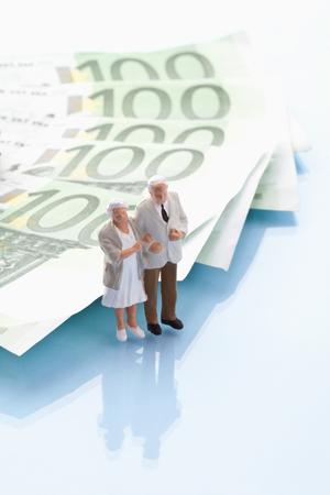 billets euros: Figurines debout 100 billets en euros