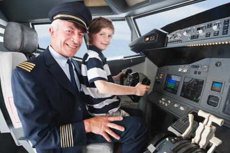 piloto: Alemania, Baviera, M�nich, piloto mayor y un ni�o en la cabina del avi�n