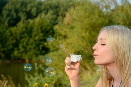 burbujas de jabon: mujer haciendo pompas de jab�n jovenes rubias