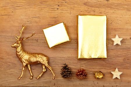 venado: La decoración de Navidad, figura ciervos. regalos y conos en la madera