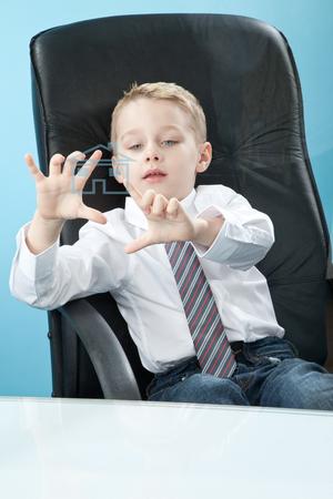 prodigy: Chłopiec dotykania przejrzyste przetrzeć płytę Zdjęcie Seryjne