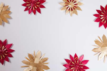 bodegones: Estrellas de paja, fondo blanco, copia espacio