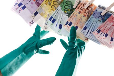 delincuencia: Persona alcanzando Notas euro en tendedero, primer plano
