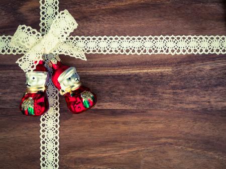 lace: Navidad, cord�n, presentes, navidad decoraci�n osos en la madera Foto de archivo