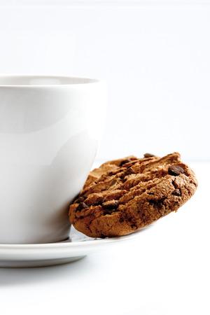 galleta de chocolate: Taza de caf� y galletas de chocolate, de cerca
