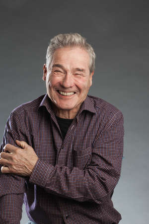 Älterer Mann lächelt glücklich