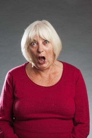 ist: Ältere Frau ist entsetzt Stock Photo