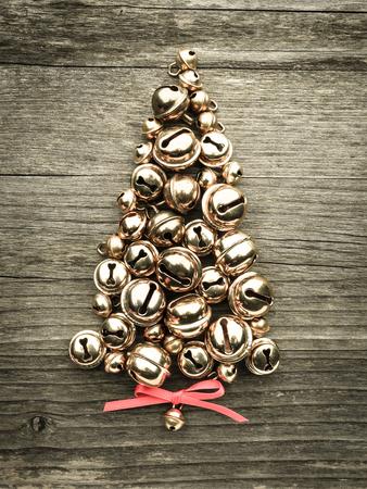 campanas: Campanas, árbol de navidad en la madera Foto de archivo