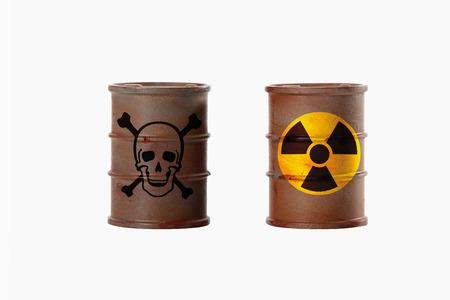 radiactividad: Barriles con signos de cr�neo y huesos cruzados y la radiactividad en el fondo blanco