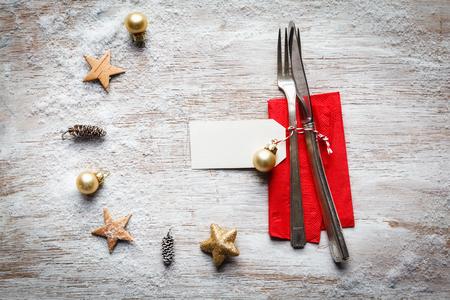 bodegones: Bodeg�n de Navidad, cubiertos y decoraci�n en madera