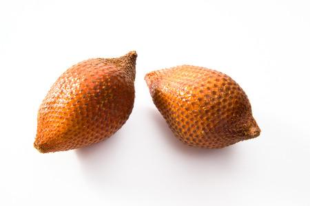 witte achtergrond: Salak vruchten, witte achtergrond Stockfoto
