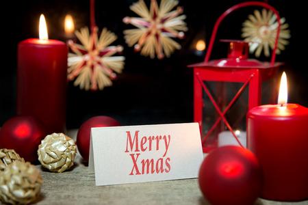 bodegones: Decoraci�n de la Navidad, velas, adornos, tarjetas, Feliz Navidad Foto de archivo
