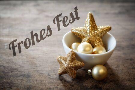 bodegones: Decoraciones de Navidad en un bol, deseos alemanes, Frohes Fest Foto de archivo