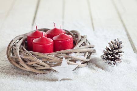 corona de adviento: Guirnalda, velas rojas, estrellas de madera, abeto de cono, copia espacio