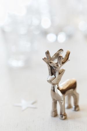 bodegones: Figurilla de reno en el fondo de madera blanca