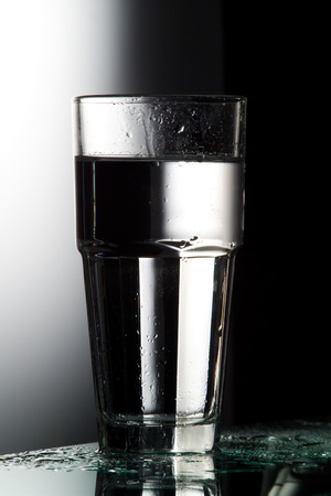 wasser: Glas Wasser, Wasserglas, Mineralwasser, Wassertropfen, Frische,  schwarz, weiss,