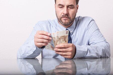 billets euro: notes homme comptage euro d'�ge m�r au bureau en verre