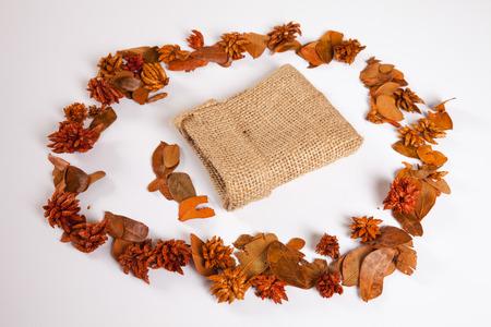 sacco juta: Sacco di iuta e foglie d'autunno Archivio Fotografico