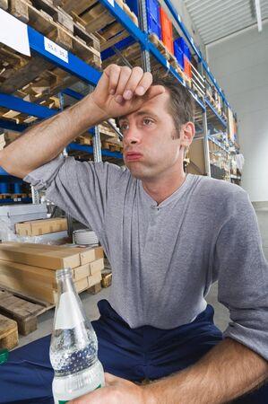 tomando refresco: Alemania, Baviera, Múnich, Trabajador manual con la botella de agua Foto de archivo