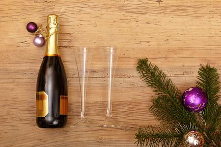 Fles champagne, champagne glazen en spartakjes op hout