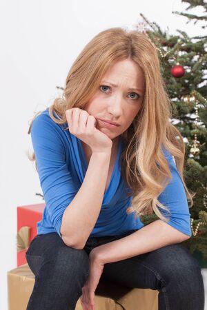 occhi tristi: adulti donna seduta sul dono con la faccia triste, ritratto Archivio Fotografico