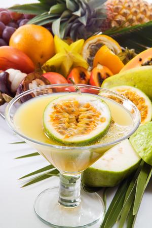 frutas tropicales: Zumo de fruta de la pasi�n, glas y diferentes frutas tropicales