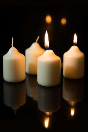 bodegones: Cuatro velas blancas, advenimiento Foto de archivo