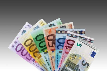 billets euro: billets en euros �vent�es sur fond gris