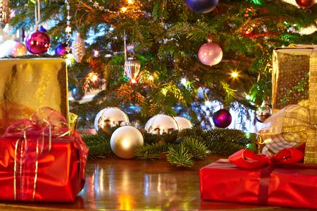 atmosfera: Regalos de Navidad, árbol de Navidad Foto de archivo
