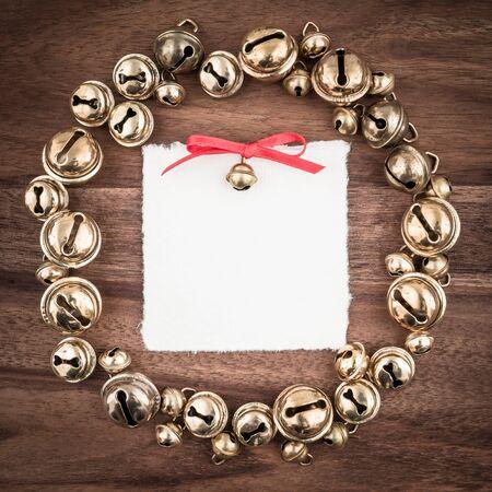 coronas navidenas: Navidad, guirnalda, campanas, regalo de la etiqueta en blanco en la madera