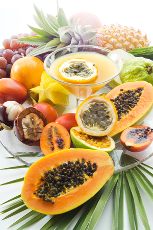 jugo de frutas: Zumo de fruta de la pasi�n, glas y diferentes frutas tropicales