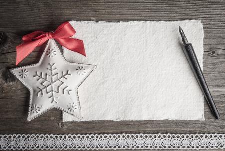 Weihnachtskarte, Weihnachtsdekoration, Stern, Feder und Spitze Standard-Bild - 47664409