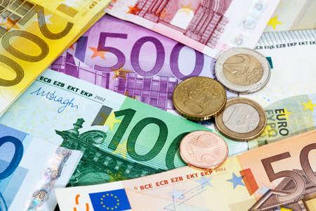 billets euros: Diverses notes et pièces en euros comme toile de fond