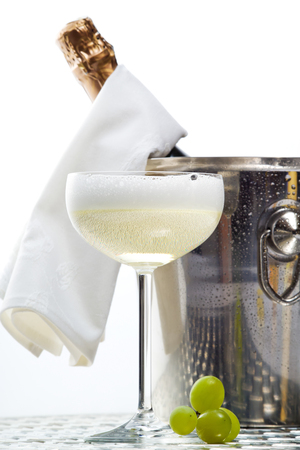 glas sekt: Sekt in Champagner-K�hler, Champagner-Glas, gr�nen Trauben Lizenzfreie Bilder