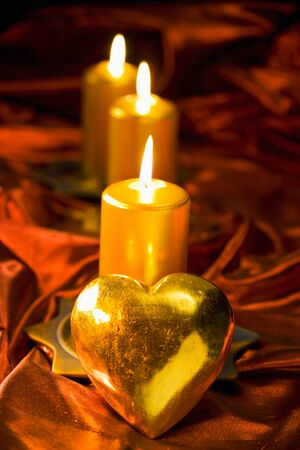 bougie coeur: Christmas decoration, candles and golden heart on red velvet