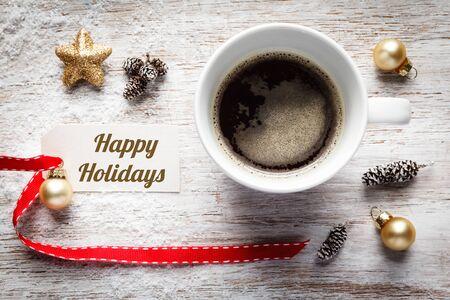 bodegones: el tiempo de Navidad, la vida festiva a�n, taza de caf�, buenas fiestas, firmar en la madera Foto de archivo