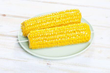 elote: Cierre de la mazorca de maíz ensartada en la placa Foto de archivo
