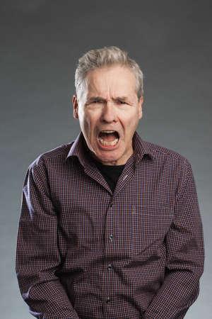 Älterer Mann schreit wütend, zornig