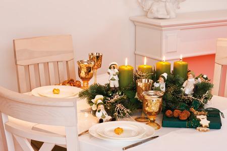 advent wreath: La decoraci�n de Navidad, corona de Adviento en la mesa