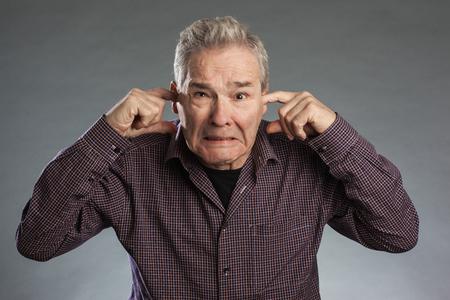 Älterer Mann Erliegen Ohren zu Sich sterben