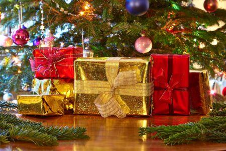 cintas  navide�as: Regalos de Navidad, �rbol de Navidad Foto de archivo
